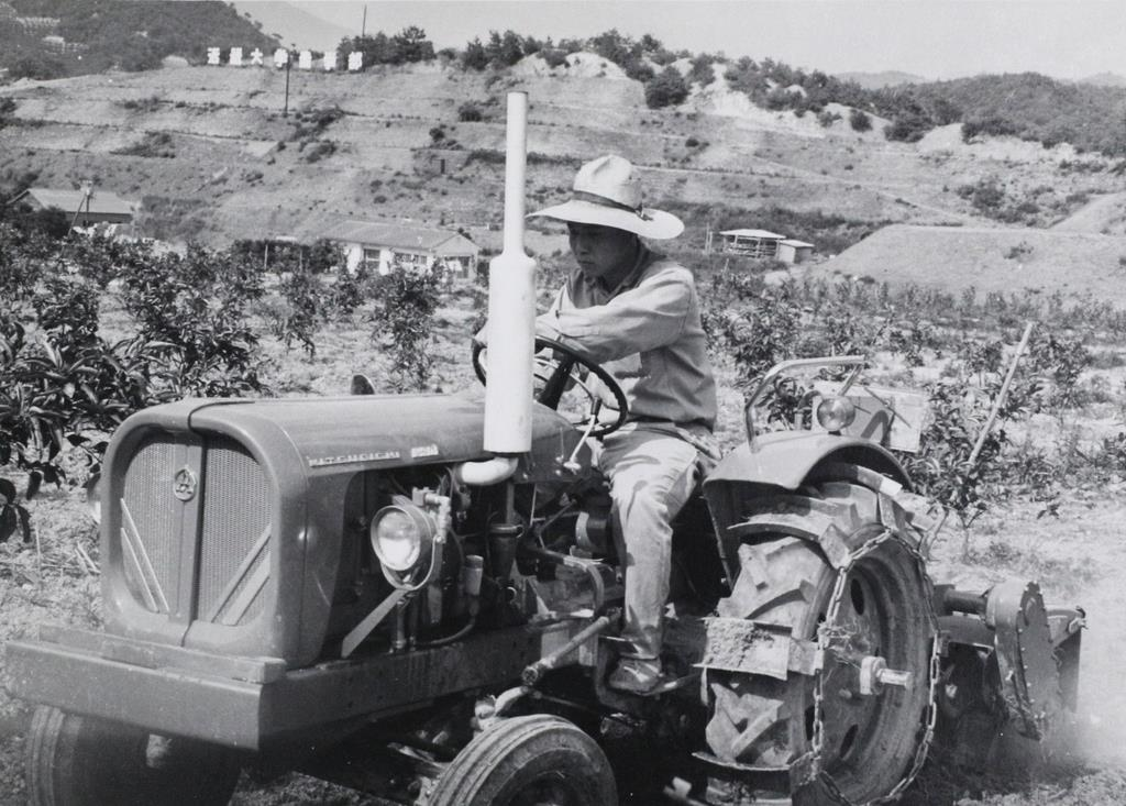 機械を使った附属農場での作業=和歌山県湯浅町(近畿大学提供)