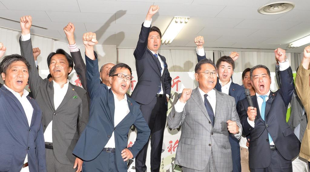 当選が確実になった永藤英機氏(中央)=9日午後、堺市堺区(須谷友郁撮影)