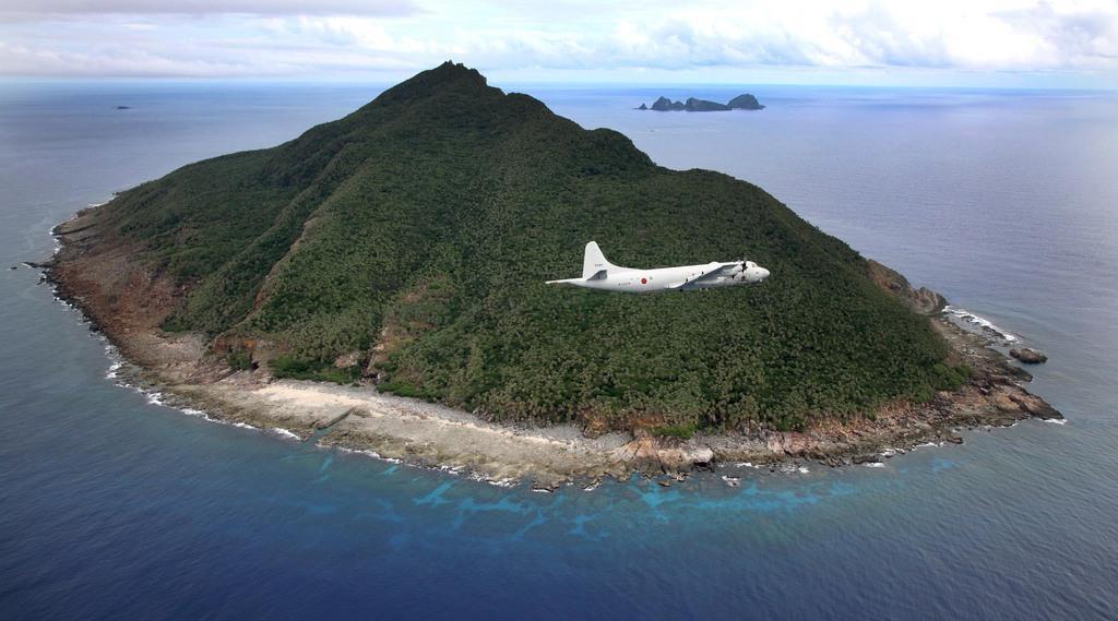 海上自衛隊の哨戒機P-3Cに同乗し、尖閣諸島を含む東シナ海上空を飛行。魚釣島周辺を飛ぶP-3C 魚釣島は青い海に囲まれた自然豊かな島だ =沖縄・尖閣諸島(鈴木健児撮影)