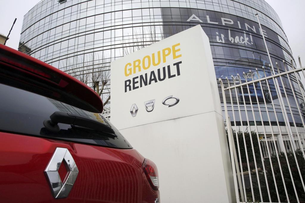 フランスのルノー本社と同社の車=1月、パリ近郊(AP)