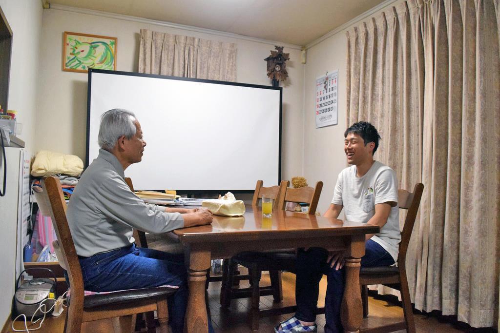 4月からホームシェアを始めた宮本さん(左)と高橋さん=5月24日、練馬区高松の宮本さん宅(吉沢智美撮影)