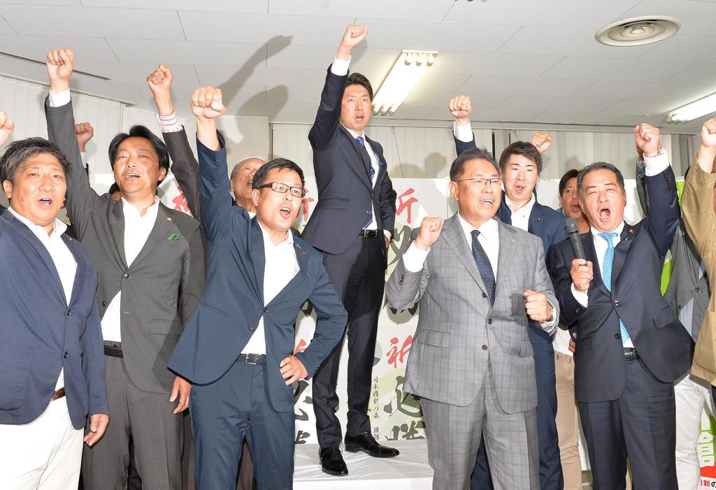 【堺市長選】当選が確実になった永藤英機氏(中央)=9日午後、堺市堺区(須谷友郁撮影)