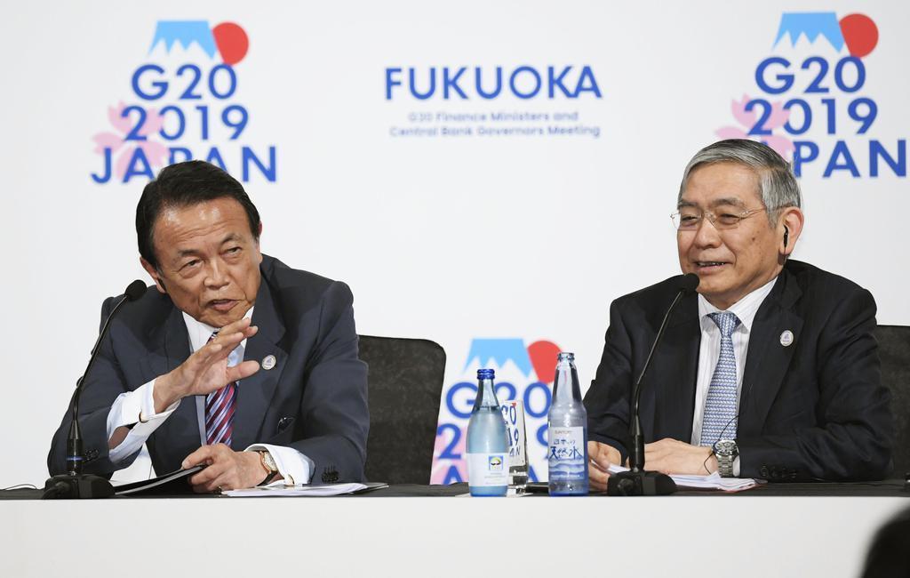 G20財務相・中央銀行総裁会議を終え、記者会見する麻生財務相(左)と日銀の黒田総裁=9日午後、福岡市内のホテル