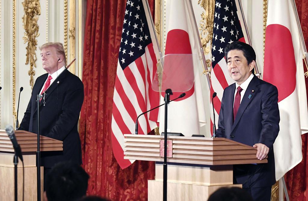 共同記者会見する安倍首相(右)とトランプ米大統領=5月27日午後、東京・元赤坂の迎賓館(代表撮影)
