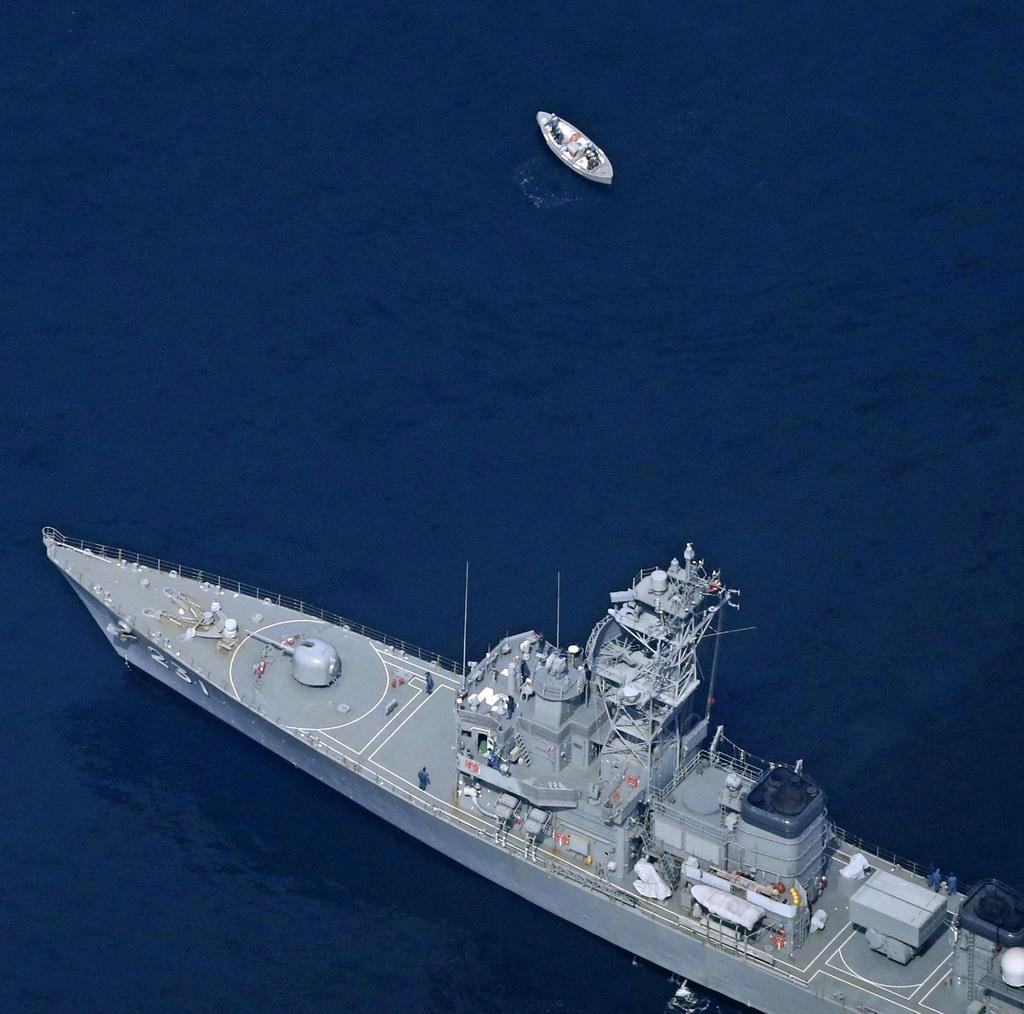 最新鋭ステルス戦闘機F35Aが墜落した海域付近を捜索する自衛隊の艦船やボート=4月10日午後0時55分、青森県沖(共同通信社機から)
