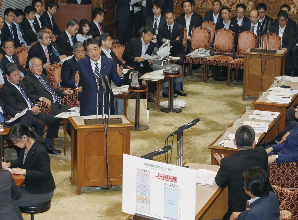 参院決算委で共産党の小池晃氏(右下から2人目)の質問に答える安倍首相=10日午後