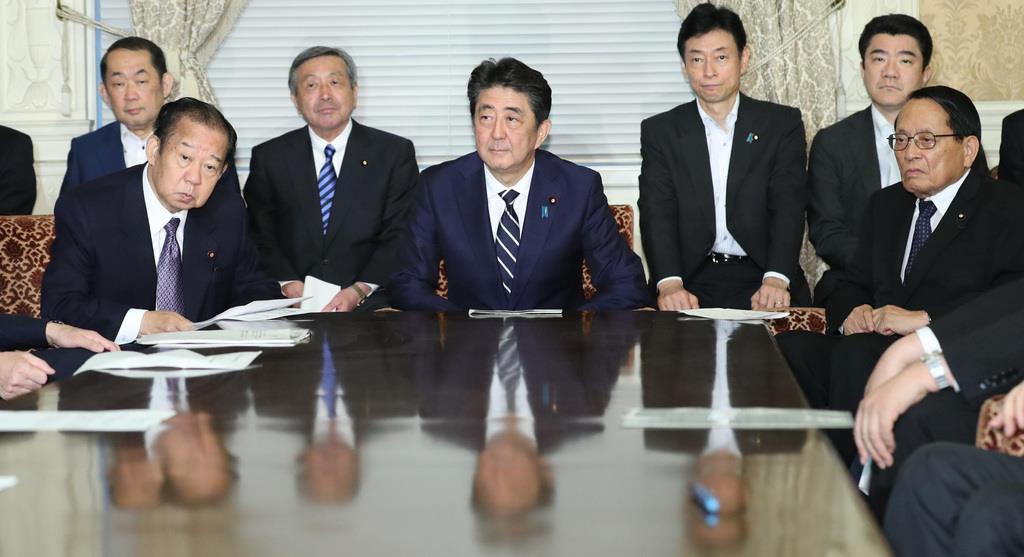 自民党役員会に臨む(前列左から)二階俊博幹事長、安倍晋三首相、平沢勝栄氏=10日午後、国会内(春名中撮影)