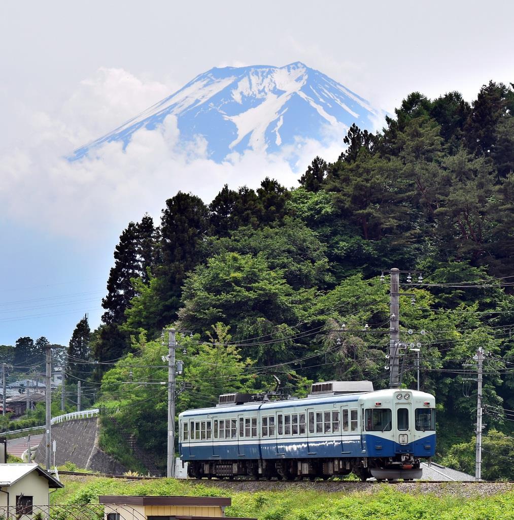 「富士山に一番近い鉄道」とPRする富士急の電車。山梨県は登山構想の検討を始めた=山梨県富士吉田市上暮地(渡辺浩撮影)