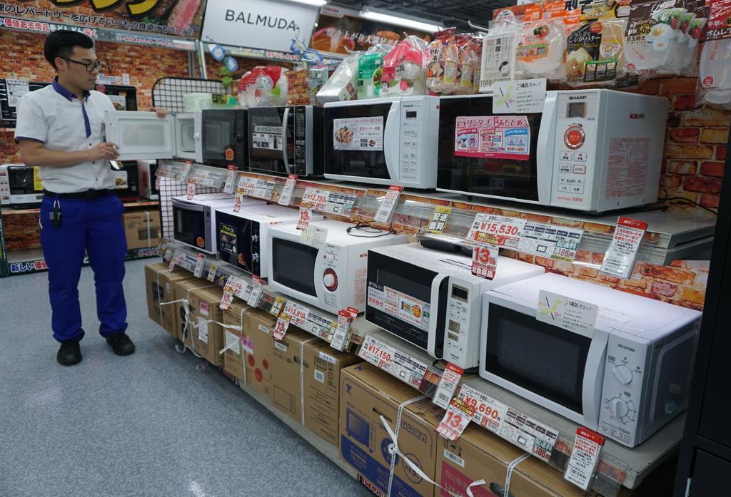 ヨドバシカメラマルチメディア梅田店の電子レンジ売り場。単機能レンジがずらりと並ぶ=大阪市北区