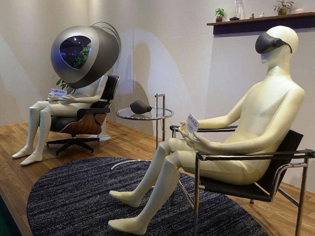 頭をすっぽり覆うようなディスプレイ(左)や、VRヘッドマウントディスプレーなどさまざまな視聴スタイルで高精細の迫力映像が楽しめるようになるとされる=東京都世田谷区のNHK放送技術研究所