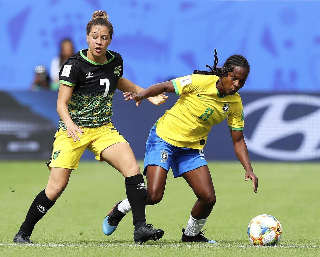 ジャマイカ選手(左)と競り合うブラジルのフォルミガ=グルノーブル(ゲッティ=共同)