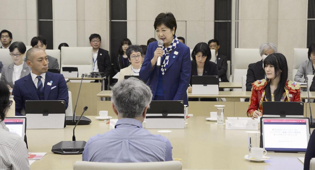 2020年東京パラリンピックに向けた東京都の懇談会初会合であいさつする小池百合子知事=10日午前、東京都庁