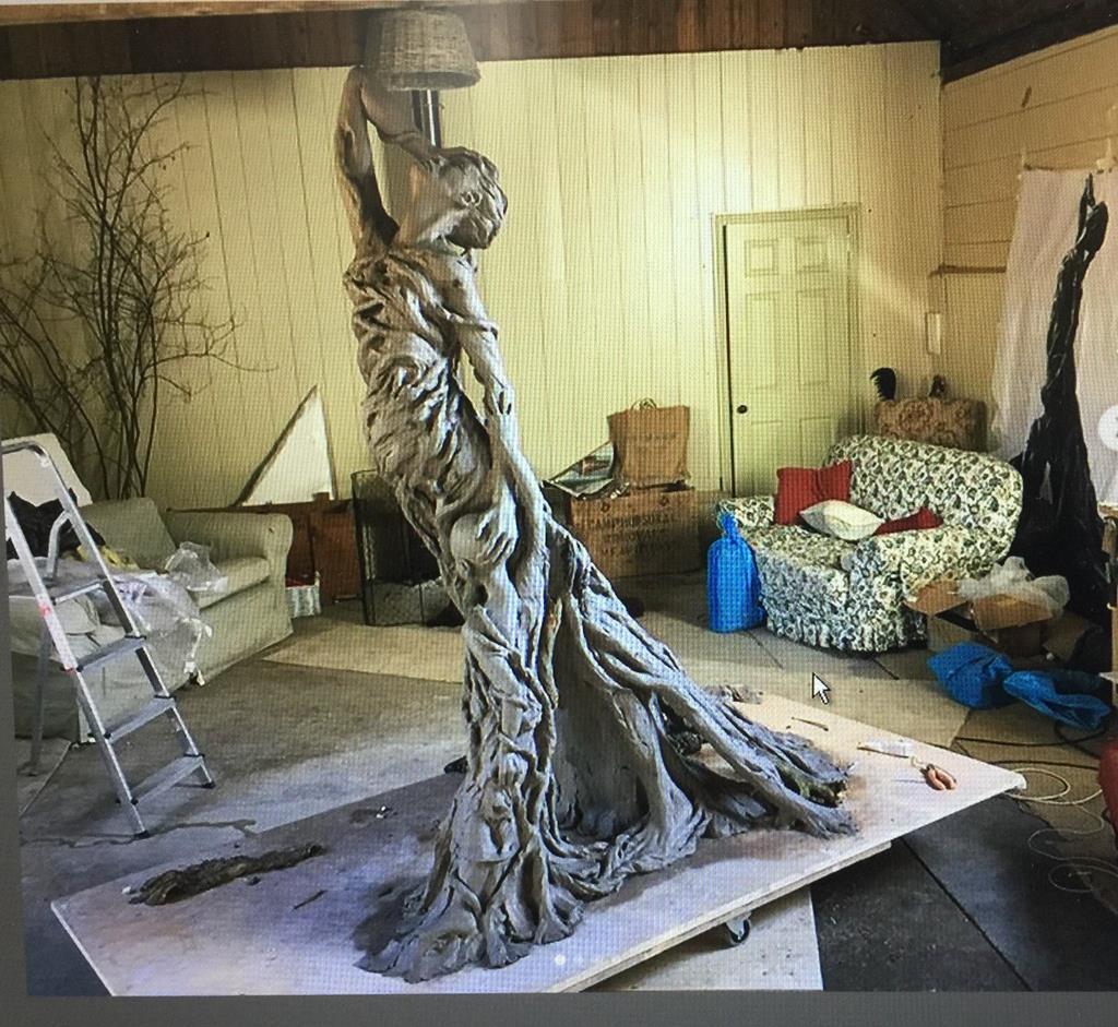 英国人彫刻家、レベッカ・ホーキンスさんが制作した等身大の「ライダイハンの母子像」(レベッカ・ホーキンスさん提供)