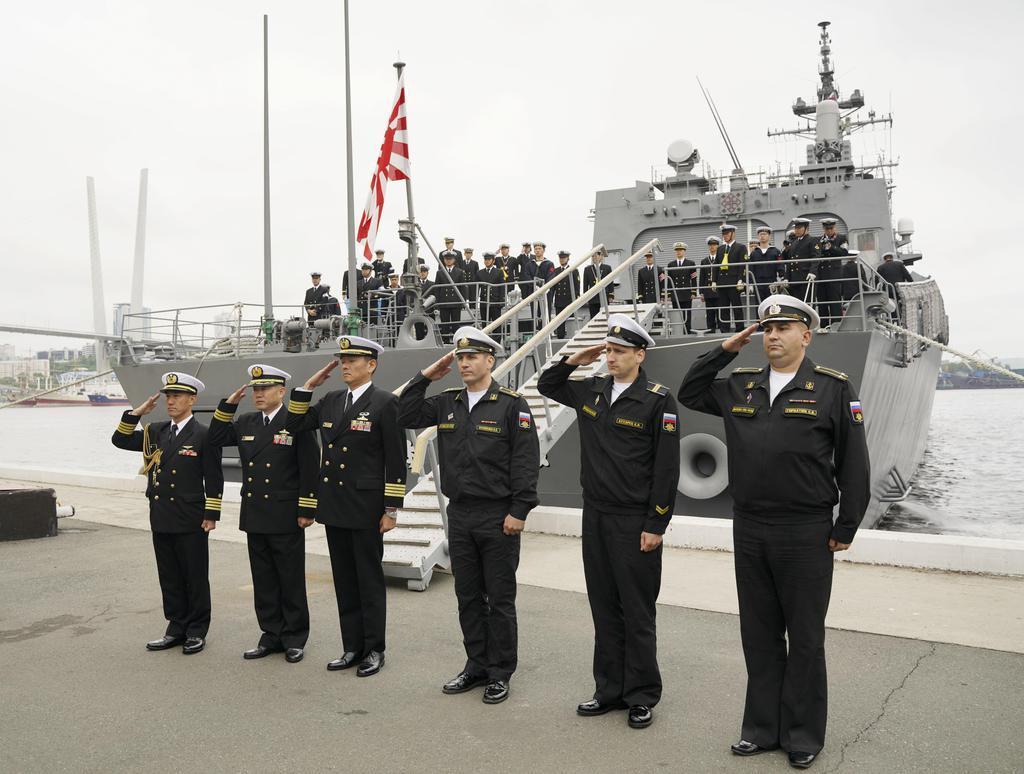ロシア・ウラジオストクに入港した海上自衛隊の護衛艦「すずなみ」=10日(共同)