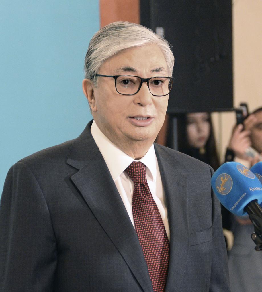 投票後に記者団の質問に答えるカザフスタンのトカエフ大統領=9日、ヌルスルタン(共同)