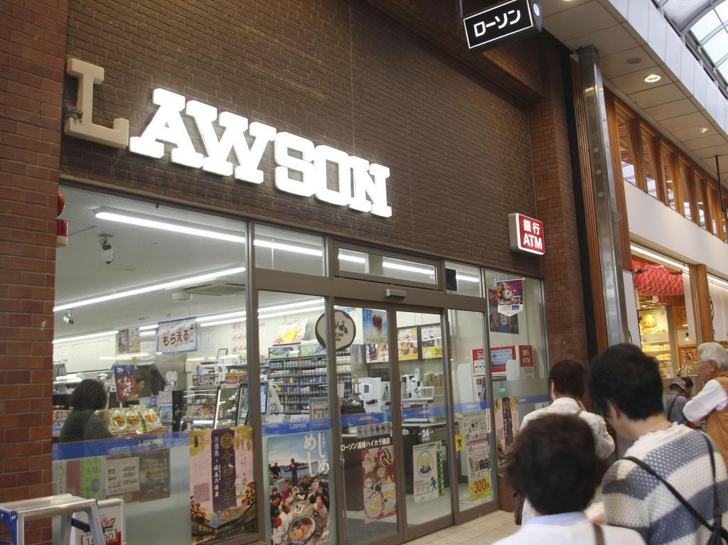 ツバメの巣を守るため「L」の文字だけ照明をつけていない「ローソン道後ハイカラ通店」の看板=松山市