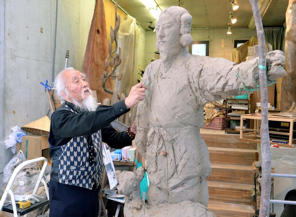 神武天皇像を製作する色彩乾漆彫刻家のサブロウコスギ(小杉三朗)氏=5月7日午後3時35分、兵庫県川西市鼓が滝(薩摩嘉克撮影)