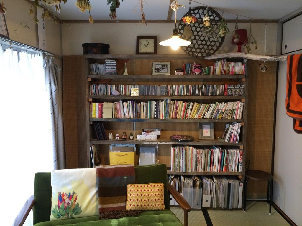山田聡子さんの自宅。和室の壁面に蔵書に合わせた本棚を作った(山田さん提供)