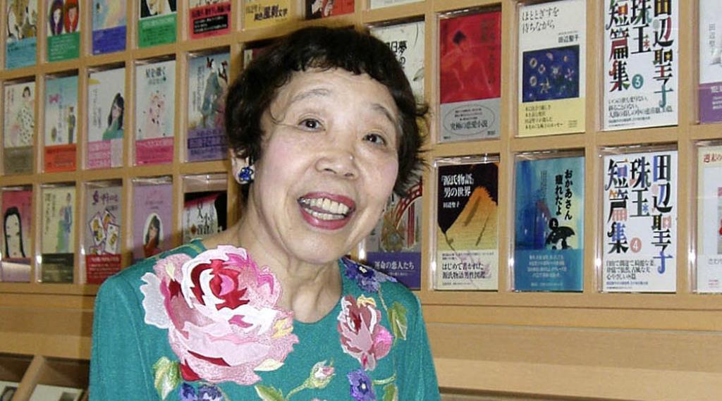 自身の刊行書籍などを飾った壁面の前に立つ田辺聖子さん=2007年6月、大阪府東大阪市の田辺聖子文学館