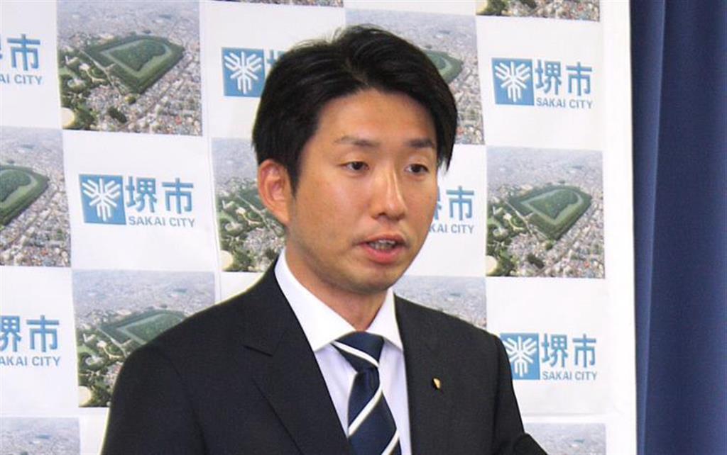 記者会見を開く永藤英機氏=10日午後、堺市役所