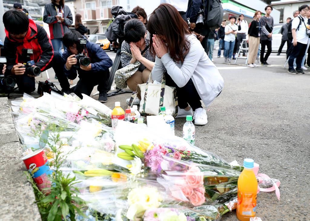 事件現場には多くの人が献花に訪れた=28日、川崎市多摩区(佐藤徳昭撮影)