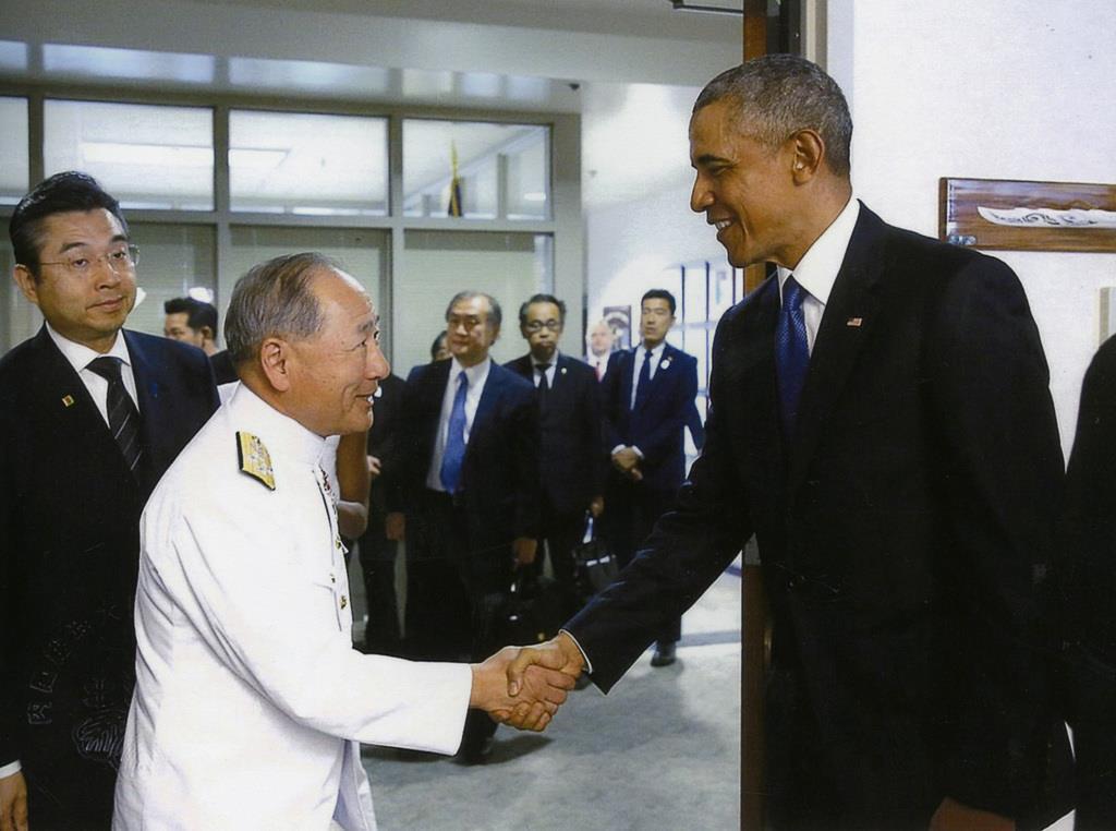 2016年末、安倍晋三首相のハワイ訪問に随行し、オバマ大統領と挨拶を交わした(防衛省提供)
