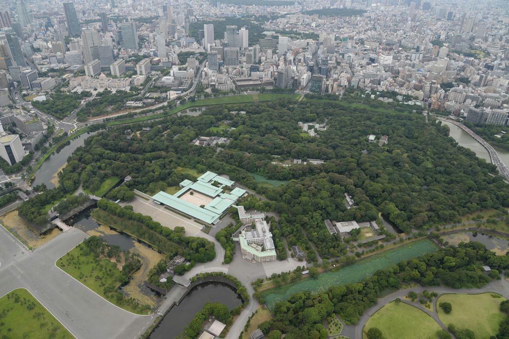 かつて江戸城西の丸だった場所には現在、皇居や宮内庁などが立ち、譲位の舞台となった =平成29年7月、東京都千代田区 (奈須稔撮影)