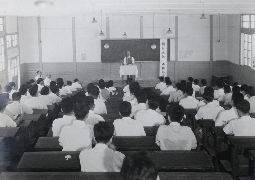 通信教育のスクーリングで講話を行う世耕弘一氏(近畿大学提供)