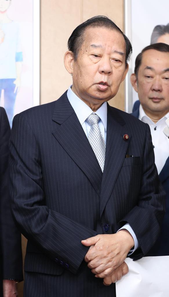 記者団の質問に答える自民党・二階俊博幹事長=11日午前、東京・永田町の自民党本部(春名中撮影)