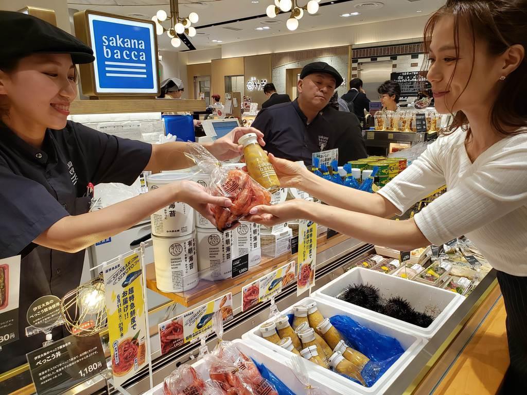 新幹線などで輸送された甘エビやウニはJR品川駅内で販売された=11日、東京都港区