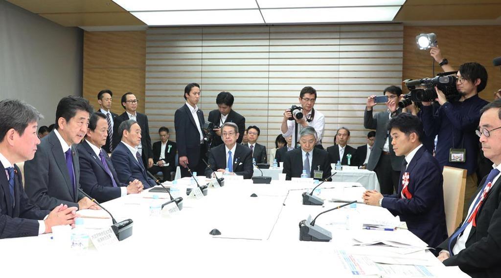 経済財政諮問会議で発言する安倍晋三首相(左手前から2人目)=11日午後、首相官邸(春名中撮影)