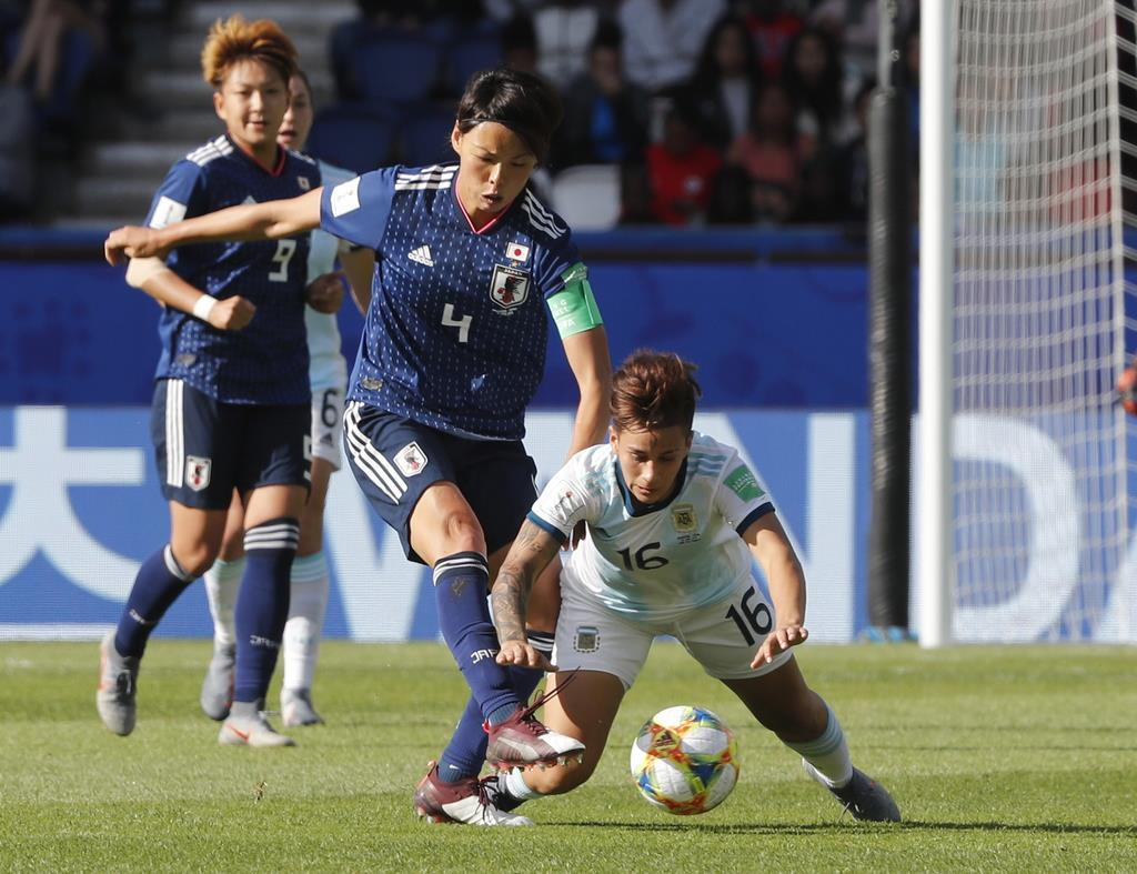 安定した守備を見せたDF熊谷(左)。日本は1次リーグ初戦を0-0でアルゼンチンと引き分けた=パリ(AP)