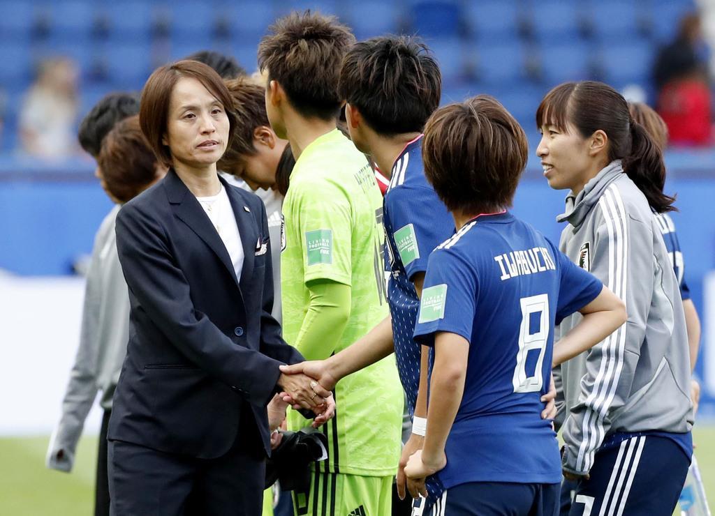アルゼンチンと引き分け、選手と握手を交わす高倉監督(左端)=パリ(共同)