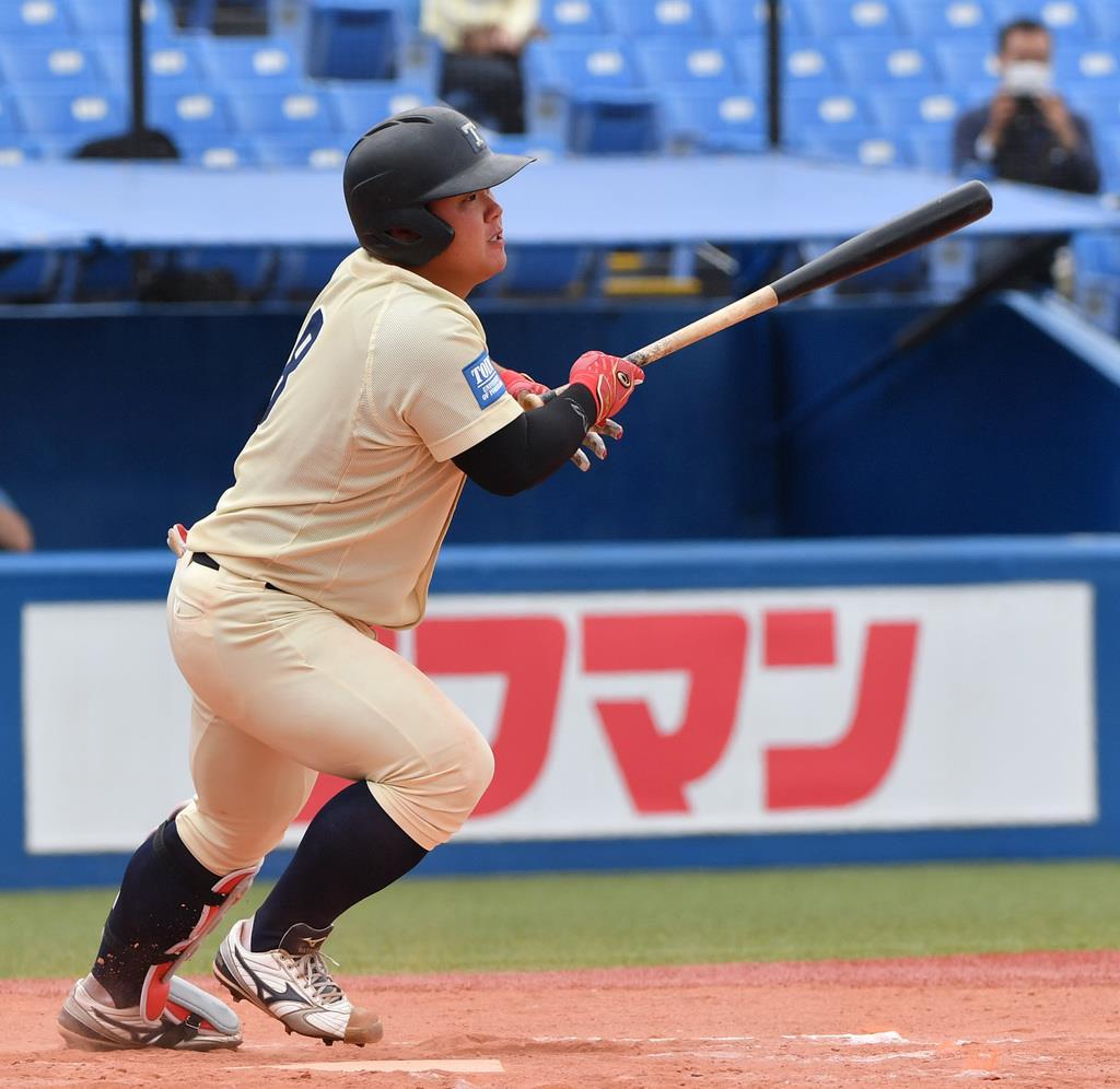 6回、勝ち越しの本塁打を放つ桐蔭横浜大・渡部健人=神宮球場(田村亮介撮影)