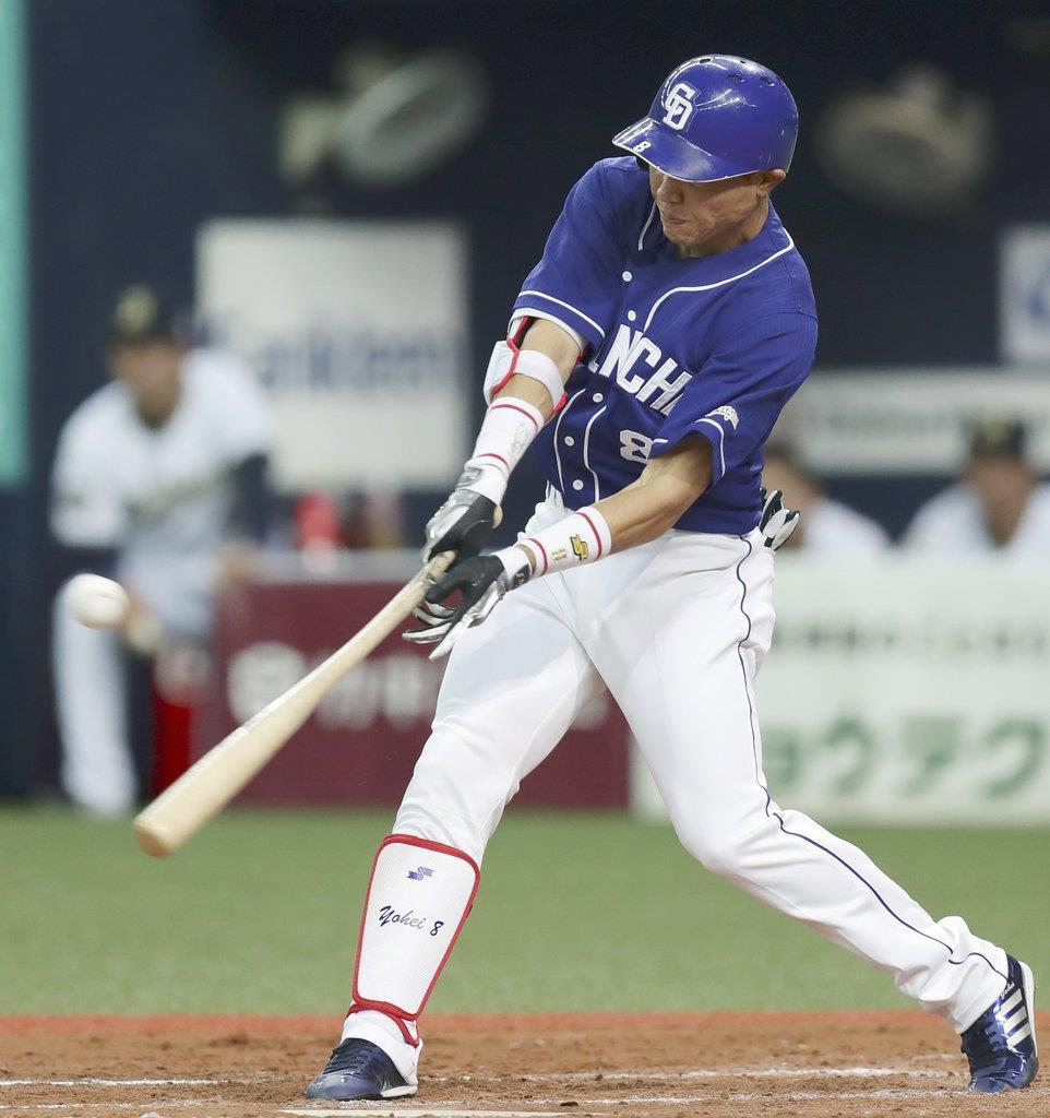 8回中日2死二塁、大島が右前に決勝打を放つ=京セラドーム
