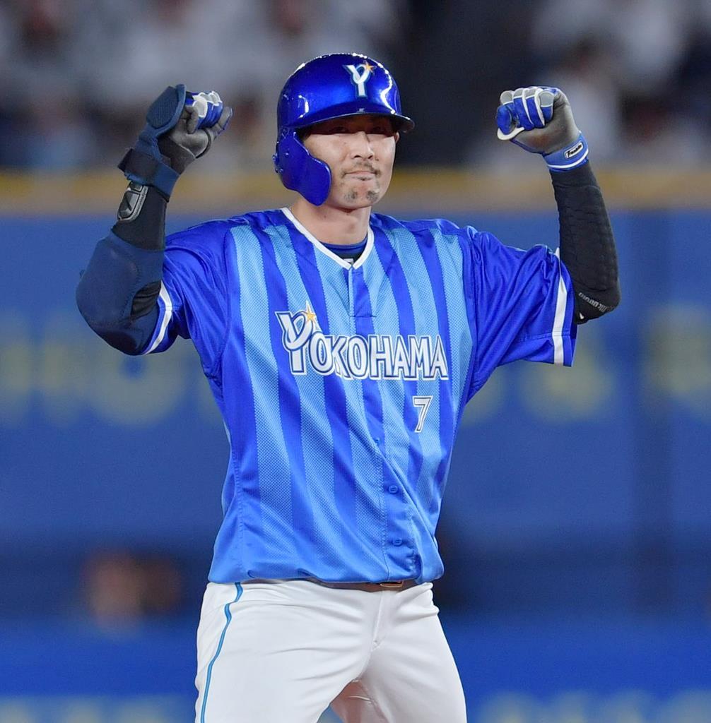 5回、同点となる適時二塁打を放ったDeNA・石川雄洋 =11日、千葉・ZOZOマリンスタジアム(戸加里真司撮影)