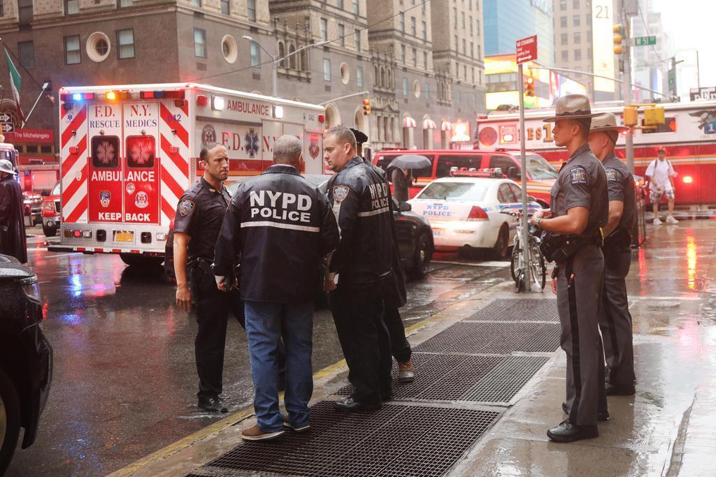 10日、屋上にヘリコプターが不時着したオフィスビル周辺に集まった警官や救急車=米ニューヨーク(ゲッティ=共同)