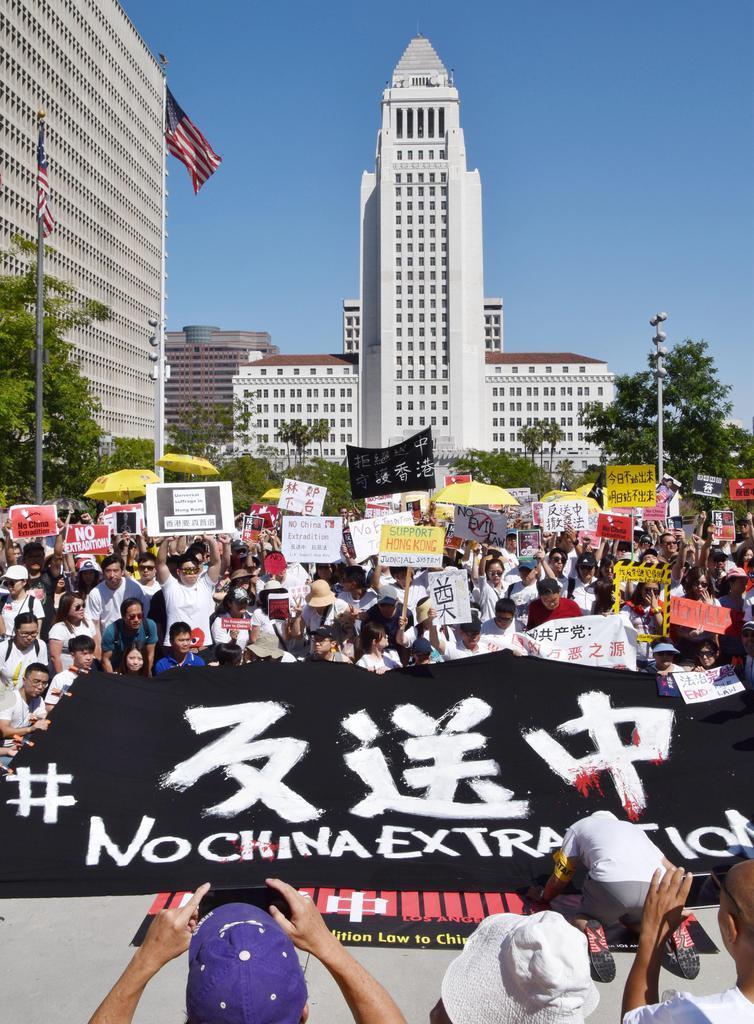 9日、米ロサンゼルス中心部で、香港の「逃亡犯条例」改正案に抗議するデモの参加者(共同)