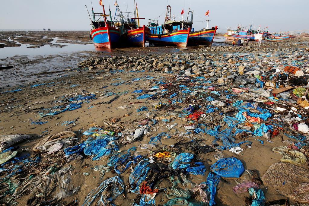 プラスチックやビニールのゴミが散乱する砂浜=4日、ベトナム・タンホア省(ロイター)
