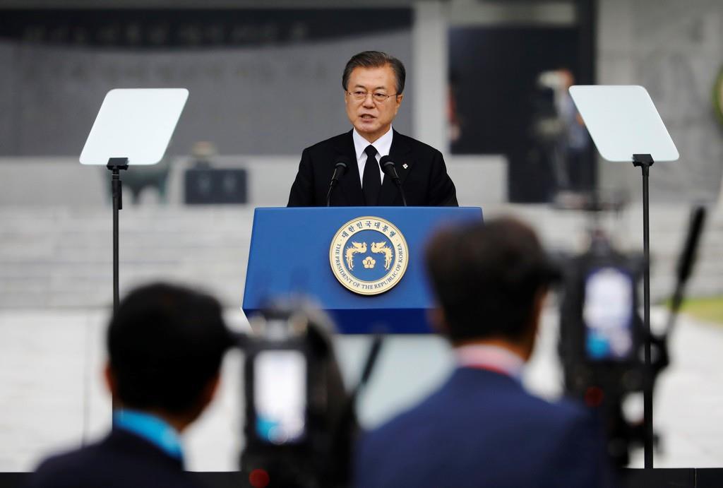 6日、韓国ソウルの国立顕忠院で演説する文在寅大統領(ロイター)