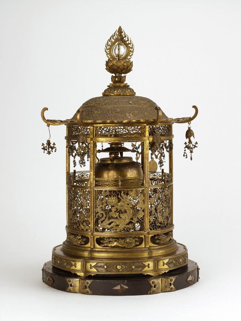 西大寺の金銅透彫舎利容器(奈良国立博物館提供)