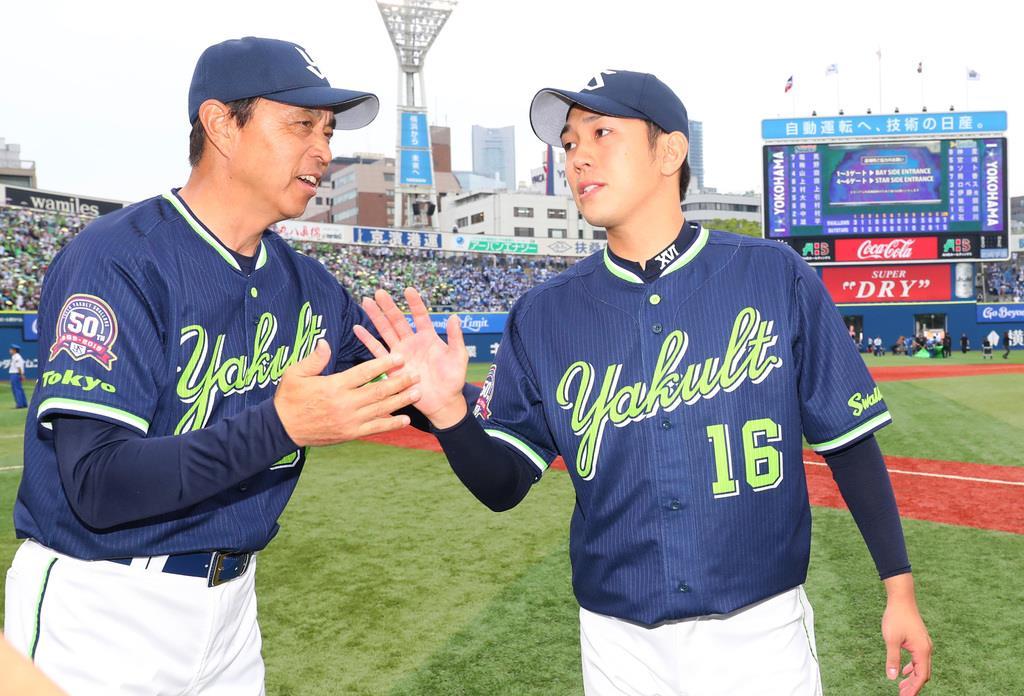 試合に勝利しタッチを交わすヤクルト・小川淳司監督(左)と原樹理=横浜スタジアム(撮影・長尾みなみ)