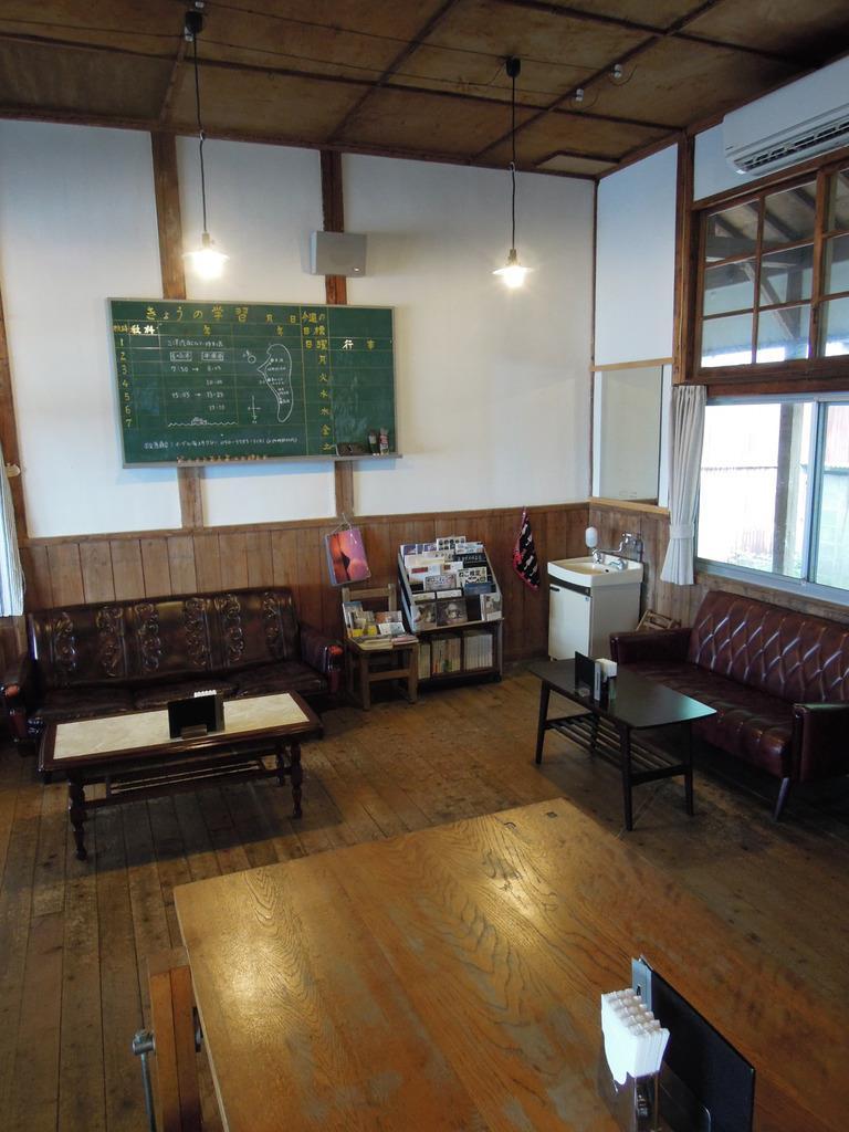 かつての職員室が生まれ変わったカフェ「喫茶ネコノシマ」=6月5日午後、香川県多度津町の佐柳島