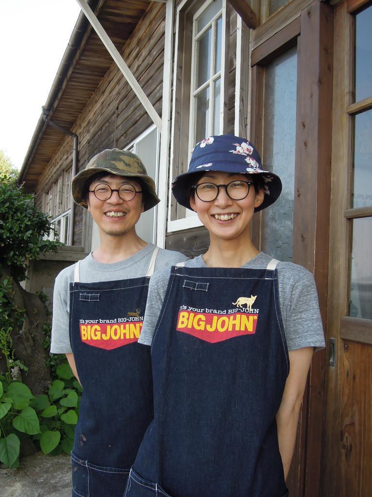 「ネコノシマホステル」を営む村上淳一さん(左)と妻の直子さん=6月5日午後、香川県多度津町の佐柳島
