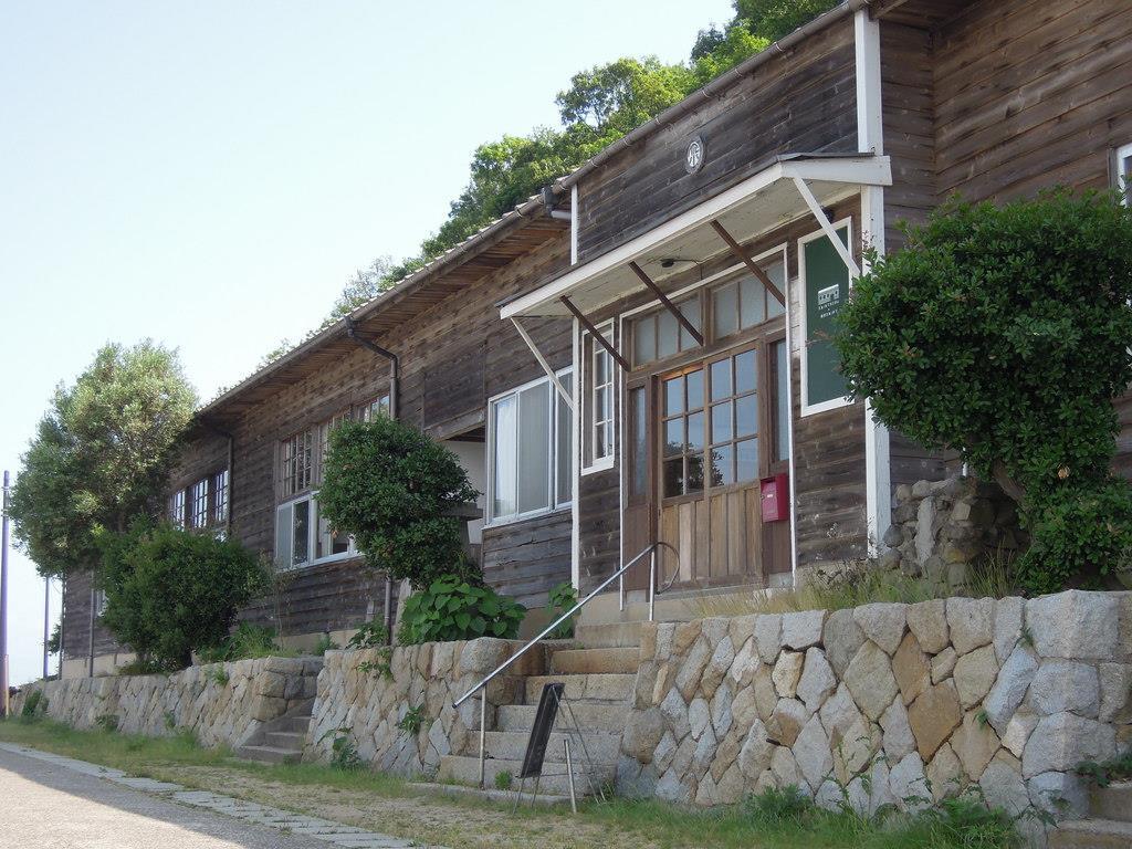 廃校になった小学校をリノベーションした「ネコノシマホステル」=香川県多度津町の佐柳島