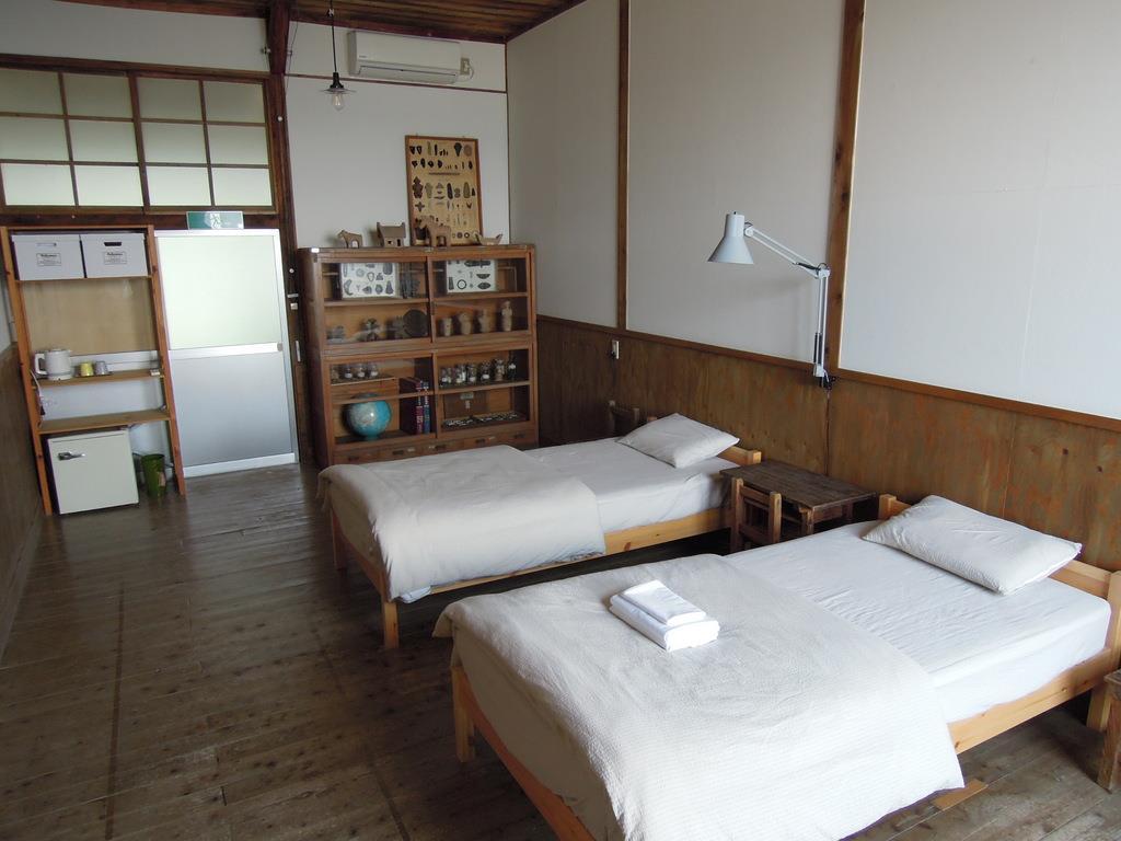 最大3人まで宿泊できる個室「資料室」=6月5日午後、香川県多度津町の佐柳島