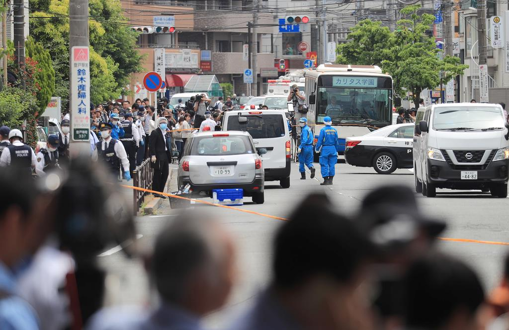 小学生を含む複数の人が刺された現場付近を調べる捜査員ら=5月28日午前、川崎市多摩区(松本健吾撮影)