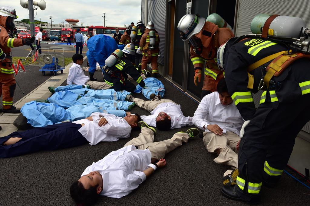 テロによる爆発で多数の負傷者が出た想定で行われた救出訓練=12日、成田空港(城之内和義撮影)