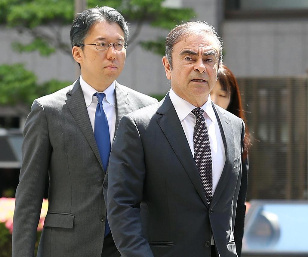 公判前整理手続きのため、東京地裁に入るカルロス・ゴーン被告。右は弘中惇一郎弁護士=5月23日午前、東京都千代田区(納冨康撮影)