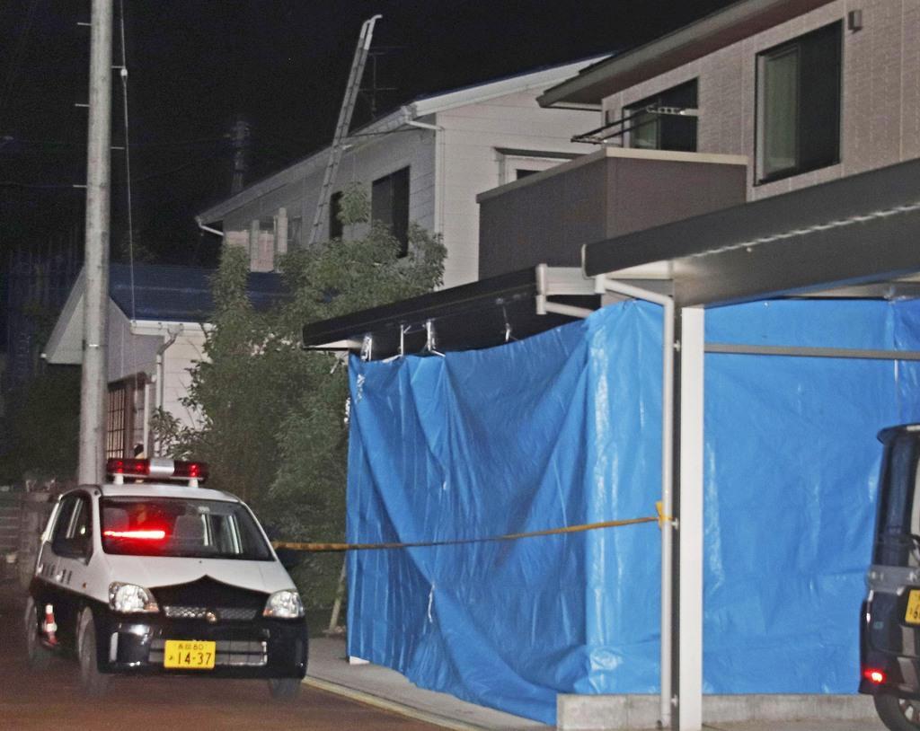 伊藤法子容疑者の自宅(右)=12日夜、新潟県長岡市